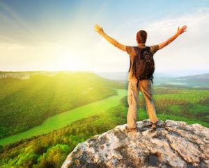 Mand på toppen af et bjerg